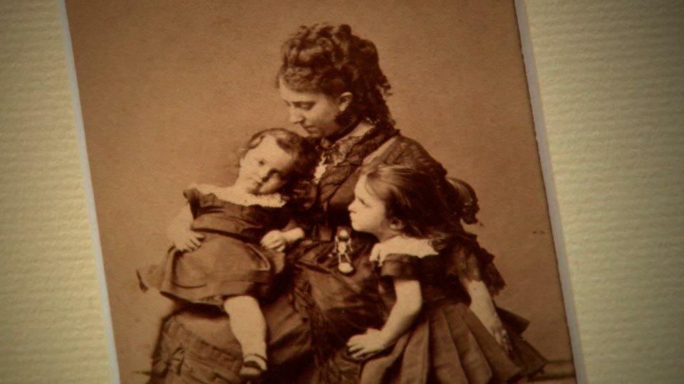 Photographie de Victor Hugo avec pour sujet sa femme et ses deux filles