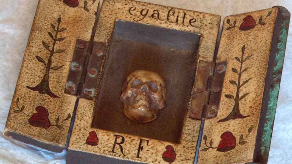 Boite-objet de la Révolution Française de 1789 contenant un crâne sculpté comme symbole d'égalité